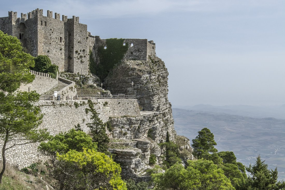 Castello di Venere hanging over a cliff