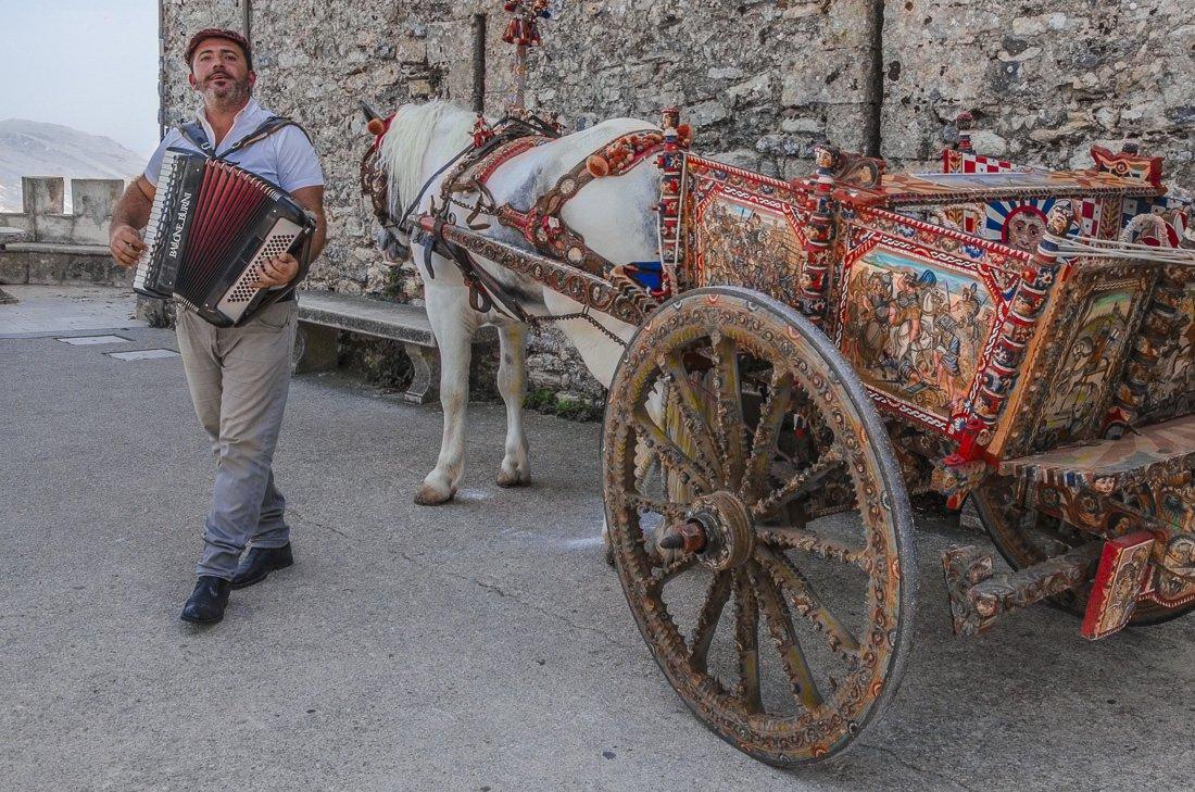 Street musician at Castello di Venere